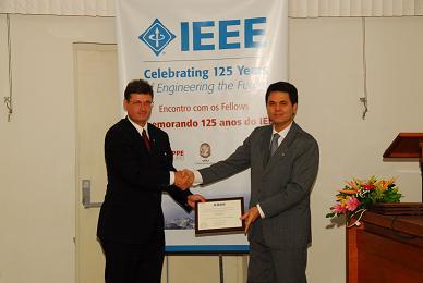 Nelson Martins, a direita, foi um dos 13 fellows homenageados pelo IEEE-RJ
