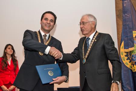 Pesquisador Nelson Martins sendo empossado na ANE pelo presidente da instituição, Paulo Augusto Vivacqua